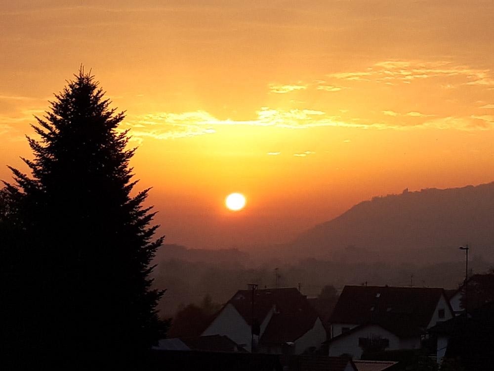 Sonnenaufgang über dem See